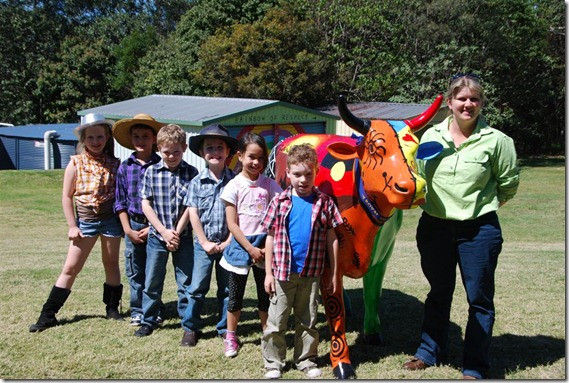 Farmer Kylie with winners of Archibull Prize at Ekka 2011